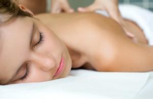 Ontspannen vrouw tijdens massage